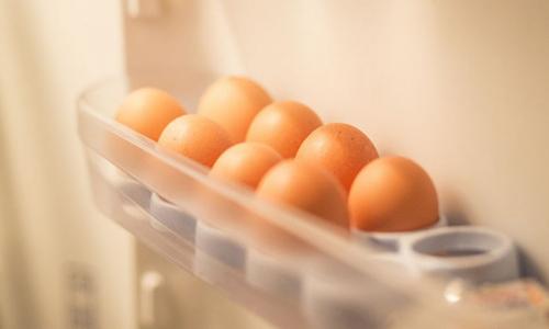 Чем хранение яиц на дверце холодильника может быть опасно