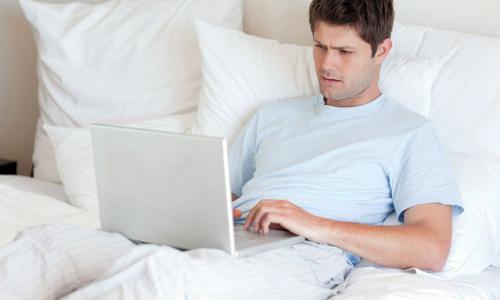 Врач предупредила о тяжелых последствиях работы лежа за ноутбуком