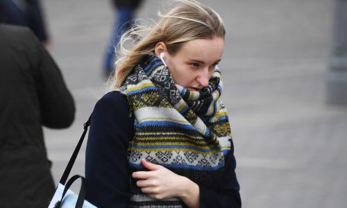 Роспотребнадзор призвал россиян не использовать шарфы вместо масок
