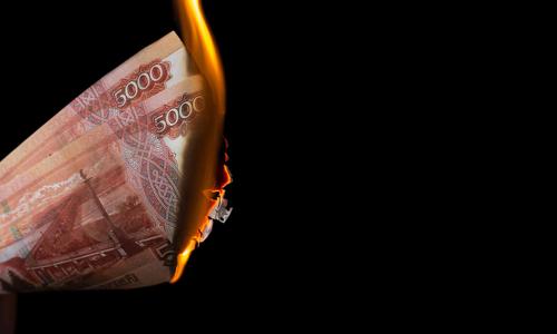 Наши деньги сгорят: экономист объяснил, что происходит с рублем