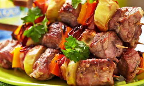 Названо самое опасное мясо для шашлыка